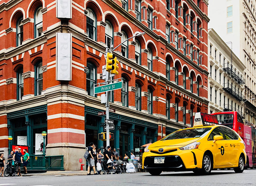 Which airport transfers from New York to Manhattan