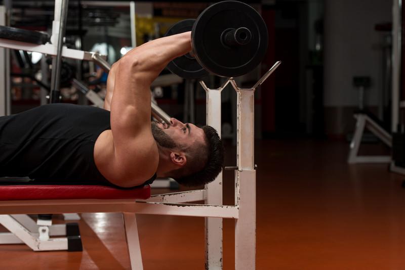 Triceps barre au front ou barre EZ