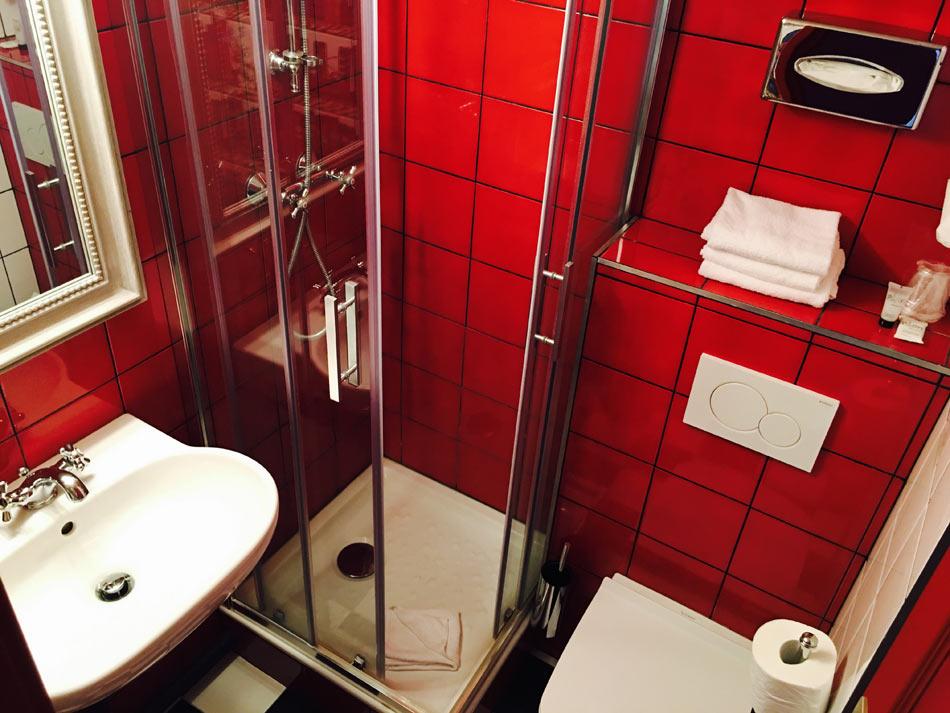 salle de bain de l'Hôtel Sacha à Paris 9