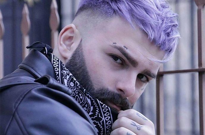 homme aux cheveux violets