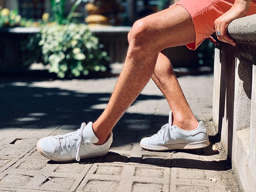 Comment porter des baskets blanches
