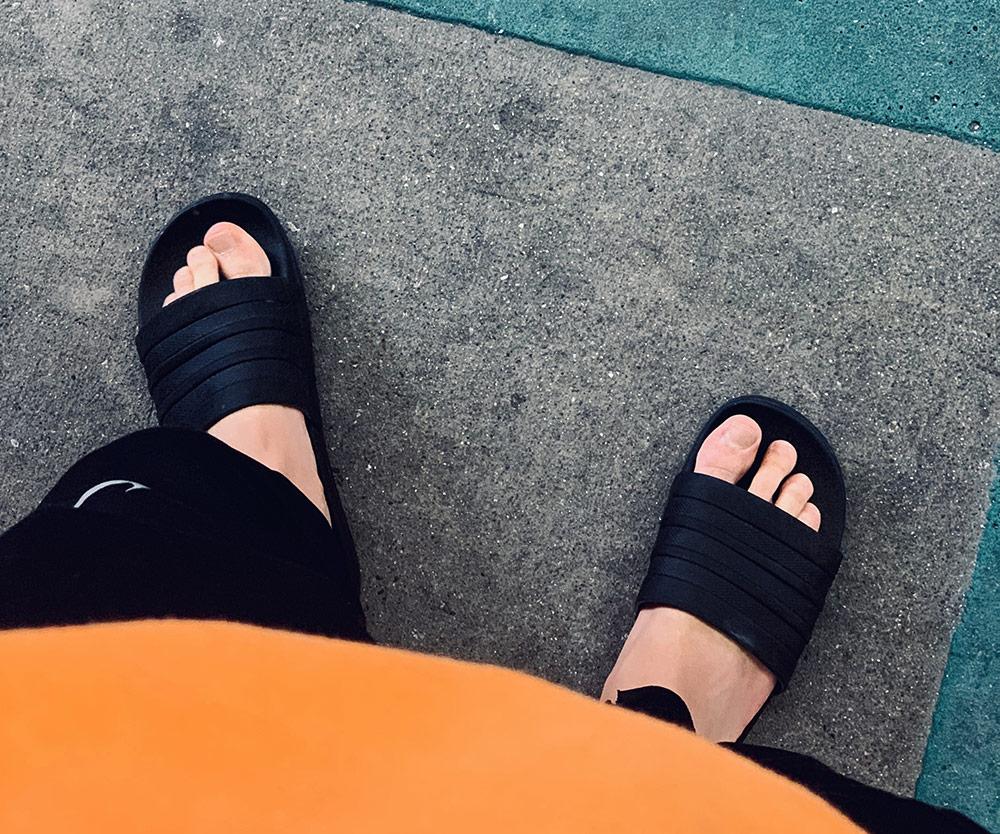 claquettes adidas noires